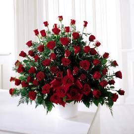 Траурная корзина 100 красных роз