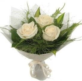 3 белые розы