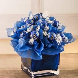 Синяя композиция из шоколадов