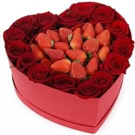Розы и Клубника в Сердцевидной Коробке