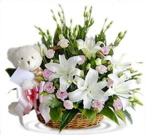 Ослепительная корзина цветов с подарком