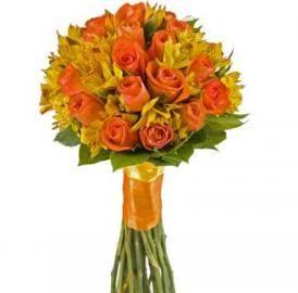 Букет оранжевых роз с альстромериями
