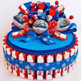 Праздничный торт из Киндеров