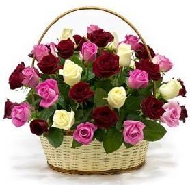 Смешанные розы в корзине